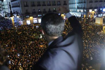 GRAF8441. MADRID.- El presidente de la Asamblea Nacional de Venezuela, Juan <HIT>Guaidó</HIT>, saluda desde el balcón de la sede de la Comunidad de Madrid a los venezolanos concentrados en la Puerta del Sol.