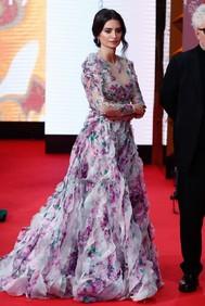 La actriz fue de las más elegantes de la noche con un vestido de flores de Alta Costura <strong>Ralph & Russo</strong>. Este vestido que ha generado opiniones dispares en redes sociales, ha supuesto un aire fresco en el vestuario de la de Alcobendas.