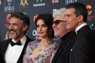 Penélope Cruz junto a Pedro Almodóvar,Antonio Banderas y Leonardo Sbaraglia en la alfombra roja de los Premios Goya.