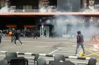 La violencia invade el fútbol español: graves incidentes entre ultras en  Cornellà y Valencia