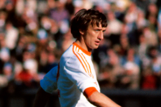 Rensenbrink controla un balón frente a Italia, en el Mundial'78.