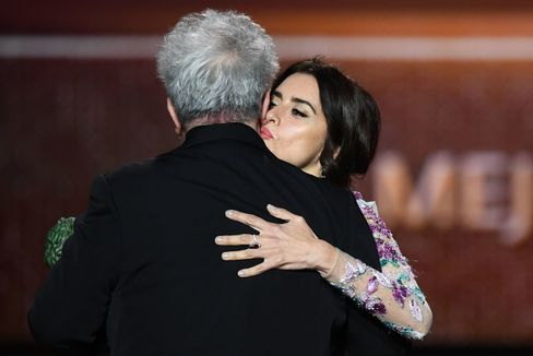 Spanish actress Penelope Cruz (R) congratulates Spanish film director Pedro <HIT>Almodovar</HIT> after receiving the best direction award for 'Dolor y Gloria' (Pain and Glory) at the 34th Goya awards ceremony in Malaga on January 25, 2020. (Photo by GABRIEL BOUYS / AFP)