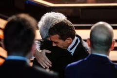 Pedro Almodóvar y Antonio Banderas se funden en un abrazo.