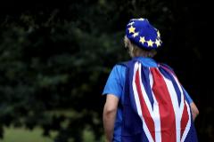 Un activista anti Brexit con banderas británicas y de la UE, durante una marcha en Londres.