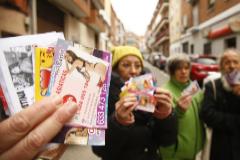 Vecinos de Puente de Vallecas muestran los 'flyers' de publicidad de prostitución.