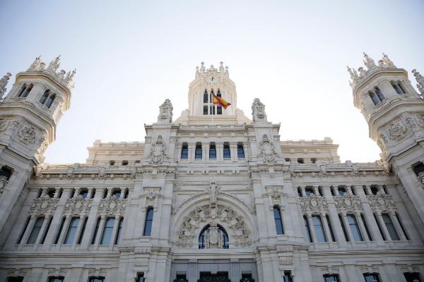 La bandera de España ondeando en el Palacio de Cibeles.