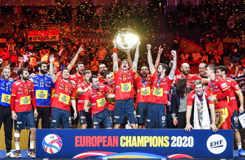Stockholm (Sweden).- Spanish players celebrate with the trophy after...