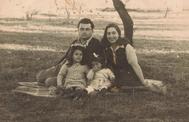 Ita Bartuv, cuando era bebé, con sus padres y su hermana en Albania, tras escapar de los nazis.