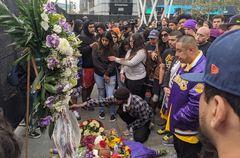 AME5673. LOS ÁNGELES (ESTADOS UNIDOS).- Decenas de personas participan en un homenaje al exjugador de la NBA <HIT>Kobe</HIT> Bryant, el cual falleció en un accidente de avión, este domingo, en Los Ángeles (EEUU). El exjugador estadounidense de baloncesto de Los Ángeles Lakers <HIT>Kobe</HIT> Bryant, fallecido hoy en Calabasas, cerca de Los Ángeles, en un accidente de helicóptero en el que viajaba junto a otras cuatro personas, fue un deportista legendario que militó en este equipo durante 20 años, hasta su retirada en 2016.