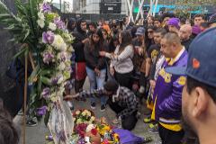 AME5673. LOS ÁNGELES (ESTADOS UNIDOS), 26/01/2020.- Decenas de personas participan en un homenaje al exjugador de la NBA <HIT>Kobe</HIT> Bryant, el cual falleció en un accidente de avión, este domingo, en Los Ángeles (EEUU). El exjugador estadounidense de baloncesto de Los Ángeles Lakers <HIT>Kobe</HIT> Bryant, fallecido hoy en Calabasas, cerca de Los Ángeles, en un accidente de helicóptero en el que viajaba junto a otras cuatro personas, fue un deportista legendario que militó en este equipo durante 20 años, hasta su retirada en 2016. EFE/David Villafranca