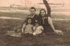 Ita Bartuv, cuando era bebé, con sus padres y su hermana en Albania, tras escapar de los nazis desde su Macedonia natal.