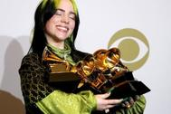 Billie Eilish posa en la sala de prensa con el Grammy por Mejor Álbum Vocal Pop, Mejor Artista Nuevo, Canción del Año, Álbum del Año y Disco del Año durante la 62ª ceremonia anual de los Premios Grammy en el Staples Center de Los Ángeles, California, EE.UU.