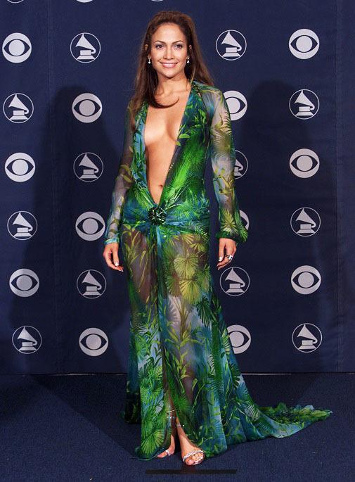 El corte de su vestido recuerda al Versace que llevó Jennifer Lopez en el 2000