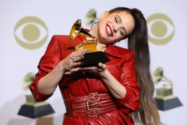 <HIT>Rosalia</HIT> posa con su premio Grammy a Mejor Disco Latino Alternativo.