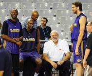 Kobe, Odom, Phil Jackson y Pau Gasol, durante un partido en Barcelona.