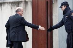 Diego Pérez de los Cobos saluda a un policía a su llegada a la Audiencia Nacional.