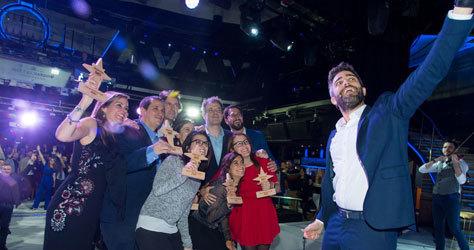 Roberto Leal se hace un 'selfie' con los ganadores.