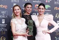 María Esteve, Tamara y celia Flores, las tres hijas de Pepa Flores, con el Goya a su madre.
