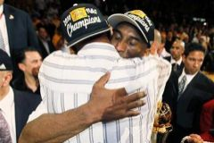 Kobe abraza a su padre tras las finales de 2010.