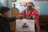 Un ciudadano peruano vota en un centro electoral de Lima.