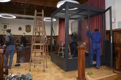 Obreros trabajan en la instalación de la cabina para Igor 'el Ruso', en la Audiencia Provincial de Teruel.