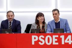 El presidente del Gobierno, Pedro Sánchez, junto a Cristina Carbona y José Luis Ábalos en la reunión de la Ejecutiva Federal del PSOE celebrada ayer.