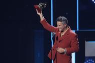 Alejandro Sanz recoge un gramófono dorado en la pasada edición de los Grammy Latinos.