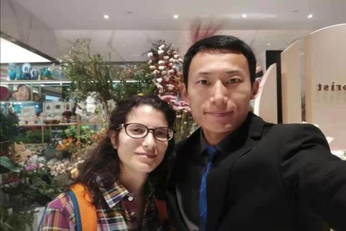 La española Dácil Sánchez y su marido Sunnaitian, que viven en Wuhan, China.