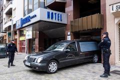 Un coche fúnebre saca los restos de la niña aparecida muerta en un hotel de Logroño.