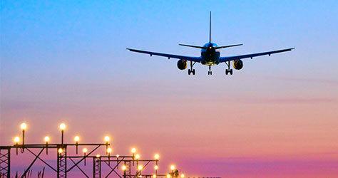 Un avión a punto de aterrizar.