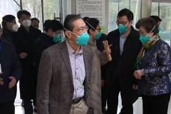 Zhong Nanshan, responsable de la comisión que investiga el coronavirus de Wuhan, a su llegada al hospital de Jinyintan.