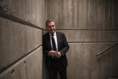 El político alemán y ex comisario europeo Günther Oettinger, en una escalera de las instalaciones de ESADE en Madrid.
