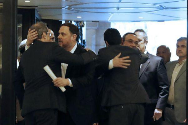 Quim Torra abraza a Oriol Junqueras en el Parlament.