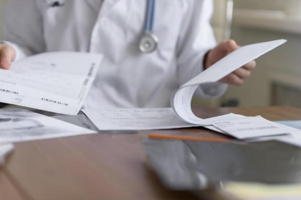 Detalle de un médico revisando el historial de un paciente.