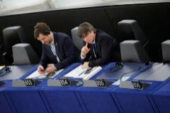 El ex presidente catalán Carles Puigdemont (dcha.) y el ex consejero Toni Comín, en el Parlamento Europeo.