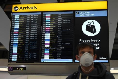 Un hombre con una mascarilla para protegerse del coronavirus en un aeropuerto.