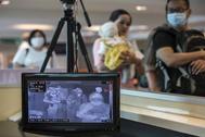 Pasajeros escaneados para descartar la presencia de Coronavirus en el aeropuerto de Malasia