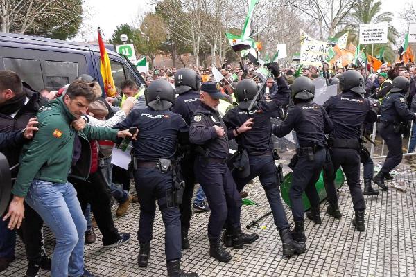 Cargas policiales y varios detenidos durante las protestas de los agricultores extremeños