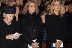 La Reina Beatriz de Holanda con las infantas Elena y Cristina.