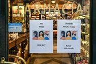 Una farmacia en Roma informa a sus clientes en inglés y en chino que se han agotado las mascarillas.