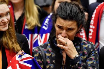 Eurodiputados lloran hoy en el Parlamento Europeo, en Bruselas.
