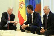 El presidente, Pedro Sanchez, se reúne en La Moncloa en 2018 con el negociador jefe de la Unión Europea para el Brexit, acompañado por Josep Borrell.