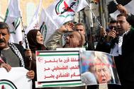 Decenas de palestinos protestan contra Donald Trump tras la presentación del plan de paz.