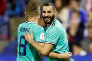 Benzema celebra con Kroos el cuarto gol al Zaragoza.