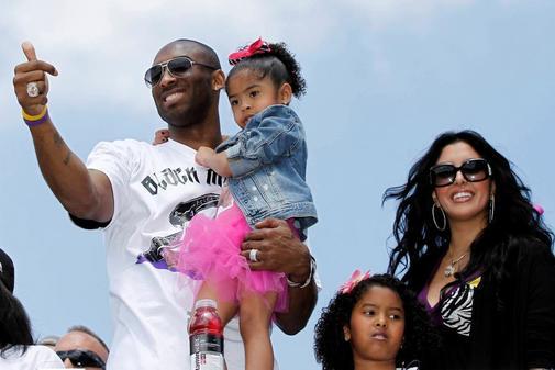 Kobe Bryant lleva en brazos a su hija Gianna junto a esposa Vanessa y...