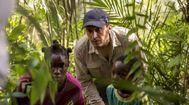 Salvador Calvo (en el centro), junto a los dos jóvenes actores que participan en el filme, entre ellos, el Adú (Moustapha Oumarou, derecha) del título.