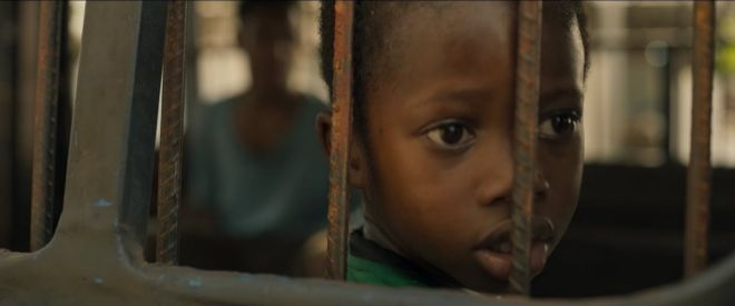 Adú es un chico de seis años que abandona su Camerún natal en busca de su padre en Francia.