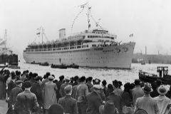 El gran paquebote Wilhem Gustloff, en una salida del puerto de Hamburgo.