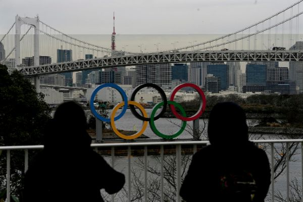 Tokyo (Japan), 16/01/2020.- Pedestrians watch the Olympic Rings...