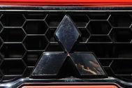 Detalle de la parrilla y el emblema del camión Fuso de Mitsubishi.